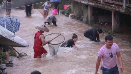猴子老外游桂林抓大鱼