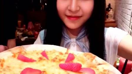 大毛小吃货: 猫妹小美女吃榴莲披萨! 你想与她一起吃么?