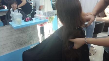 理发店剪头发 发型师一剪刀下去 妹纸留多年长发瞬间变短发 剪发前后改变真大