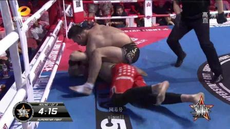 中国拳手霸气降服 紧紧锁住外国拳手只能拍地认输