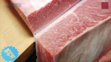 寿司大师处理金枪鱼 处理很细致 对于他们来讲这些手艺和味道一样重要