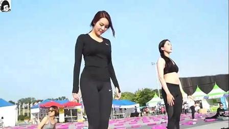 美女穿黑色紧身裤在街头瑜伽, 角度刚刚好, 真人示范你学会了吗?