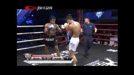 中国拳手短兵相接近距离一拳打到泰拳拳手