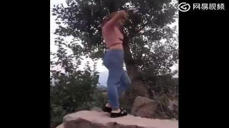 这个妹子爬山还要穿紧身裤啊! 不如运动裤方便