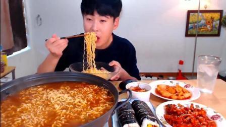韩国大胃王吃货donkey哥哥吃辛拉面、紫菜包饭和辣拌牛肉