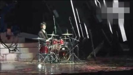 易烊千玺四周年演唱会敲架子鼓, 一个人就是一个乐队, 帅气!