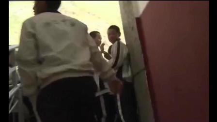 《变形计》第一帅哥杨桐到学校, 三层楼竟都布满女学生! 导演看懵了