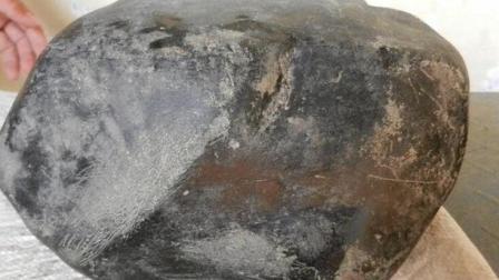 小伙野外抱回50斤的大石头, 一刀切开发现自己成了百万富翁