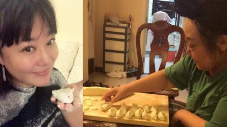 演员李菁菁晒与母亲家中包饺子照, 网友: 家里好乱, 但很接地气!