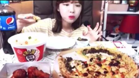 韩国美女吃播大胃王吃一大份披萨和奥尔良烤鸡腿