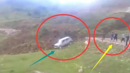开车经过山路, 遇到这恐怖的一幕, 老司机马上弃车逃亡