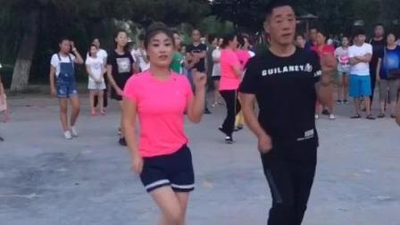 男的跟女的跳广场舞比谁最娘