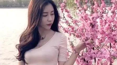 辣妹在湖边赏桃花, 动作各方面女神太迷人了, 美女主播每天单直播收入过万啊!