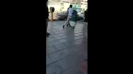 穆斯林女子撞见丈夫与其新妻 气急败坏扭打成一团