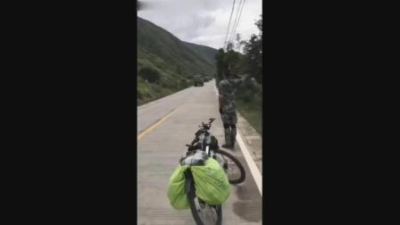 退伍兵旅行途中遇见军车部队, 一个举动彰显中国军魂!