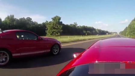 法拉利在高速上见到野马汽车就来劲, 看到飙车的节奏不相上下