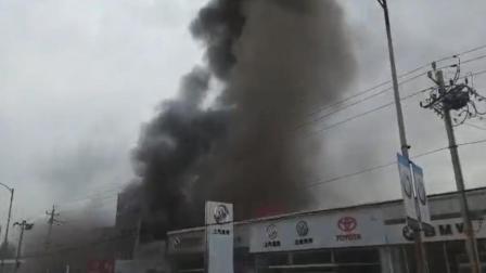 实拍:昌平一汽车4S店突发火灾