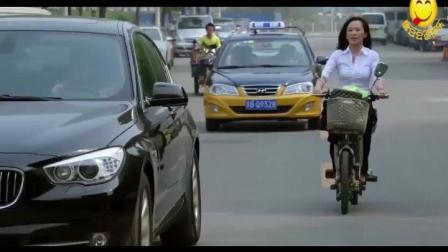美女骑车追宝马, 因祸得福遇到富家女, 被对方看