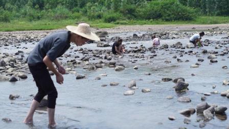 农村小伙在河里找什么宝贝!