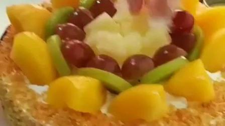 美女学员正在尝试第一次制作水果蛋糕