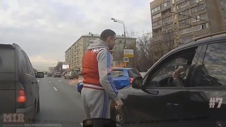 路怒患者欺负小车司机 有人看不下去了 看他怎么做的
