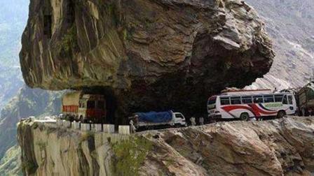 中国有着世界最危险的公路, 悬崖上开车你怕不怕, 一般的老司机都不敢尝试