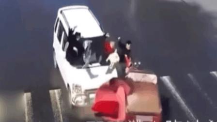 三轮车闯红灯被撞击 车上4人瞬间撞飞