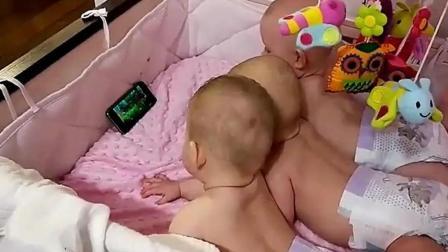 妈妈让爸爸看孩子, 结果老爸偷懒睡大觉, 三胞胎宝宝看电视!