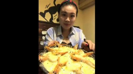 时尚可爱妹子吃芝士烤虾, 这拉丝配大虾看着食欲, 吃相实在不做作