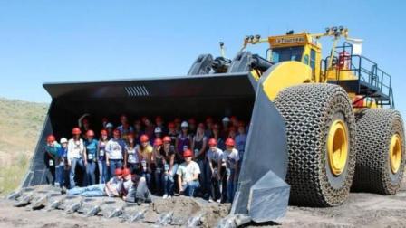 徐工生产的巨型挖掘机, 一铲子下去整座山都不够它挖!
