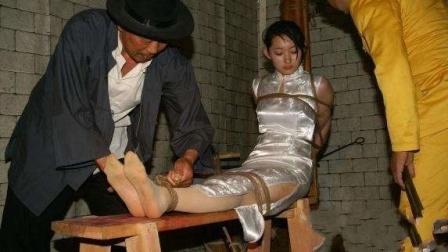 狱警把女犯人带进这里, 监控拍下不耻一幕 24