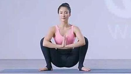 这位穿着紧身裤练瑜伽的美女, 你想和她一起健身吗?