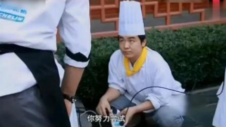 中美厨师争霸赛突然停电, 法国厨师切不了食材, 中国大厨悠闲的开始秀起刀工