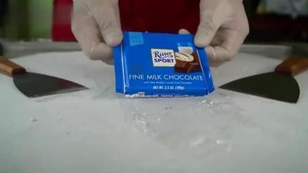 用一大块昂贵的巧克力炒酸奶冰激凌, 真奢侈, 这一份要卖多少钱