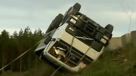 沃尔沃安全测试场: 模拟大卡车翻车, 司机不系安全带, 人都飞出来了! 支离破碎!