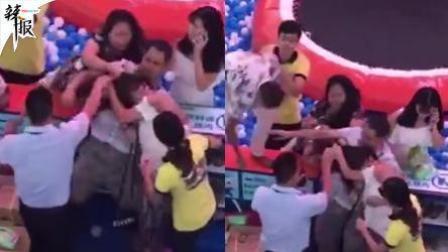 小孩打架家长参战 一女子被围攻撕衣