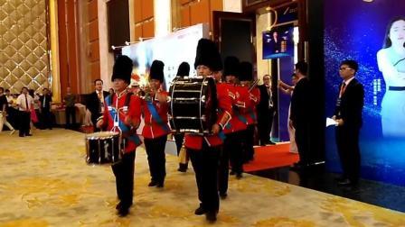 皇家军乐队带领晋升表彰人员隆重入场