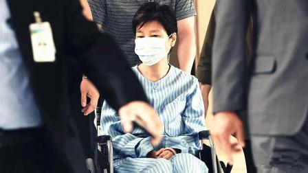 朴槿惠因病坐轮椅入院治疗面容憔悴