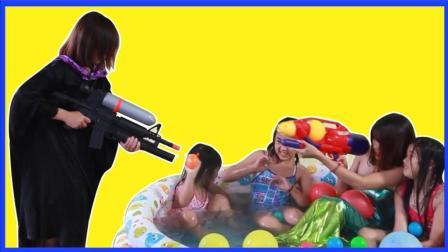 艾莎公主变美人鱼游泳游泳池 魔法女巫的水枪大战蜘蛛侠真人秀 超级英雄 小猪佩奇