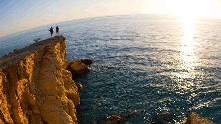 女子在海边悬崖自拍发朋友圈, 结果拍到自己生命