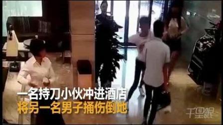 女子倒车冲进酒店