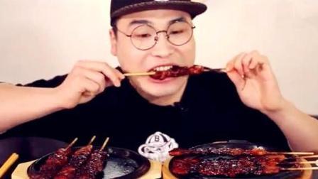 韩国大胃王吃超辣鸡肉串, 比火鸡面还辣, 忍着泪水往下咽