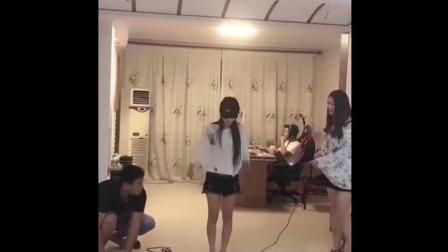 美女跳绳被恶搞, 这男的要笑喷了!