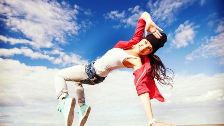 香港TVB艺人热到当街跳舞 笑到抽筋