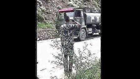 退伍老兵遇到原部队车队, 一直敬礼直到最后, 真的很感动