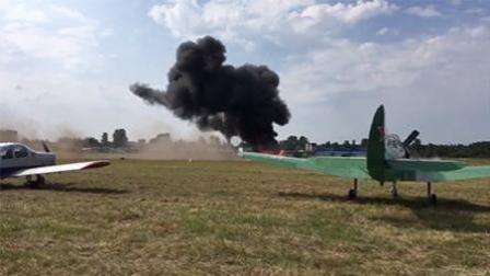 飞机表演时坠毁 落地后爆炸成火球