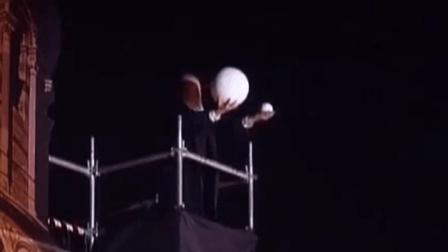 用舞台剧的方式还原伽利略比萨尔斜塔实验
