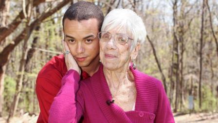 国外32岁小伙只爱老太太, 没想到女朋友更是91岁