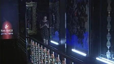 美女为了事业陪领导到KTV唱歌喝酒, 一杯又一杯把美女灌醉了