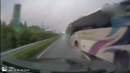 大巴车雨天失控侧滑 司机四段漂移救回车辆